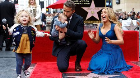 Райан Рейнольдс с семьей на открытии звезды на Аллее славы