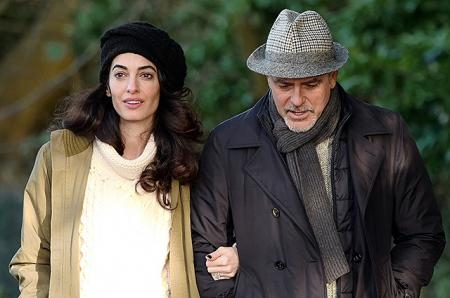 Амаль и Джордж Клуни на прогулке в Беркшире: свежие снимки пары и разбор гардероба