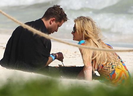 Пэрис Хилтон замечена с новым бойфрендом на пляже в Мексике