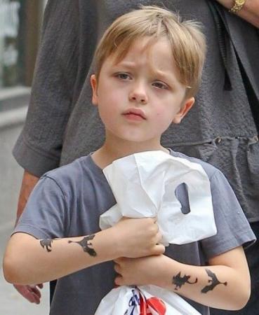 """По словам Брэда, мальчик очень похож на него по темпераменту. Но можно смело заявить, что внешне сходство тоже очевидно, поэтому мальчику прочат будущее """"разбивателя"""" женских сердец."""