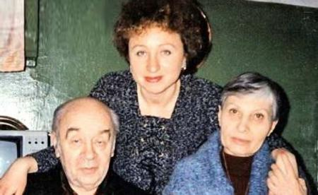 Вдовцом Броневой оставался пять лет: водил дочку в садик, готовил еду, стирал, а женился на страстной поклоннице по имени Виктория, инженере по образованию.