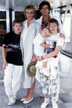 Пирс Броснан. Актер усыновил двух детей супруги от предыдущего замужества - дочь Шарлотту и сына Кристофера. А чуть позже Кассандра подарила Пирсу общего ребенка - сына Шона.