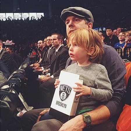 Джейсон Судейкис с сыном Отисом
