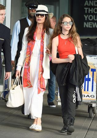 Кэтрин Зета-Джонс с дочерью Кэрис