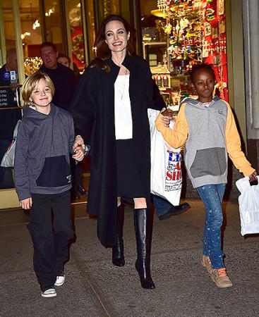 Анджелина Джоли с дочерьми Шайло и Захарой, 2014 год