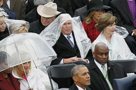 Борьба Джордж Буша с дождевиком на инаугурации Дональда Трампа стала темой для шуток в Интернете