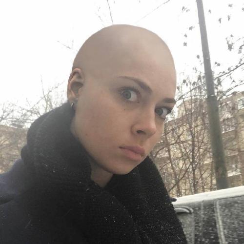 Настасья Самбурская побрилась налысо на спор с другом
