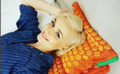 Полина Гагарина дразнит поклонников, прикрывая беременный живот простыней
