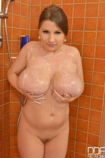 light-skin-naked-large-boobs-naked-girl-self-pic-sucking-dick