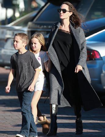 Анджелина на прогулке с детьми в Малибу