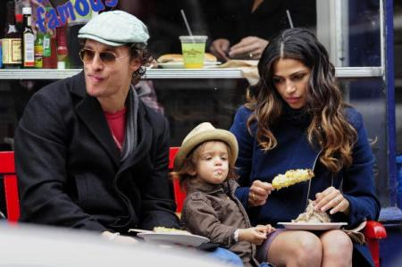 Мэттью Макконахи с женой Камилой Алвес и детьми