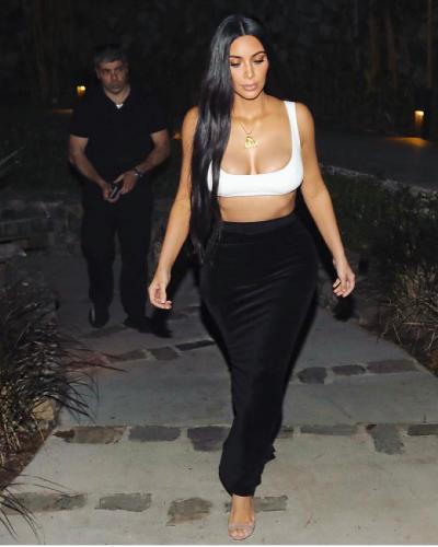 Ким Кардашьян тронулась умом и нацепила на себя прозрачное платье, оголившее грудь и соски