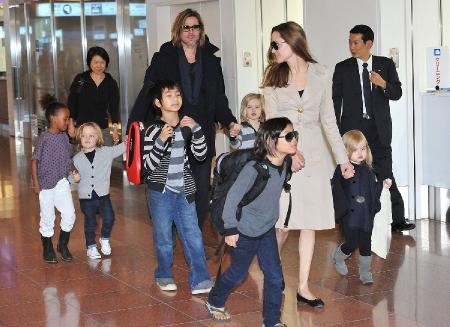 Брэ Питт и Анджелина Джоли с детьми