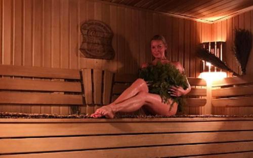 Анастасия Волочкова проглядела отражение своей голой груди на очередном «банном» селфи