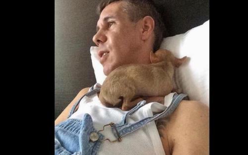 Новое скандальное фото обнаженного Алексея Панина с собакой взрывает Сеть