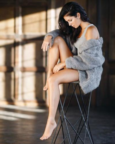 «Титюльки на улице»: Нюша разочаровала фанатов ужасным платьем, в котором грудь приклеена на скотч