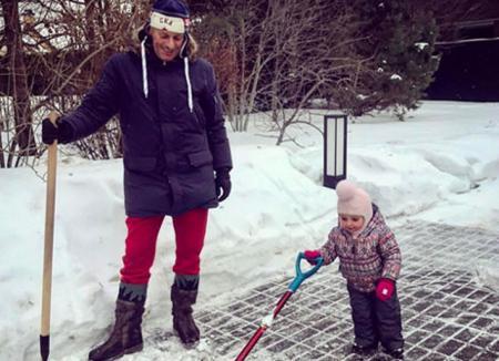 Дмитрий Песков надел знаменитые красные штаны на уборку снега
