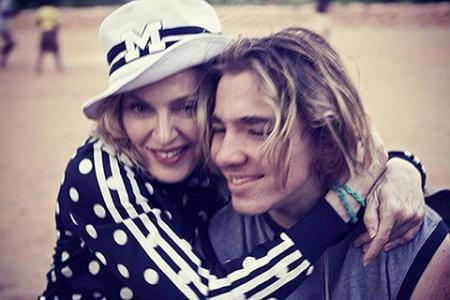 Мадонне пришлось помириться с сыном Рокко, чтобы удочерить близняшек