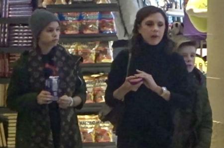Виктория Бекхэм отправилась с детьми на шопинг в аэропорту