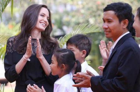 Анджелина Джоли посетила пресс-конференцию в Камбодже