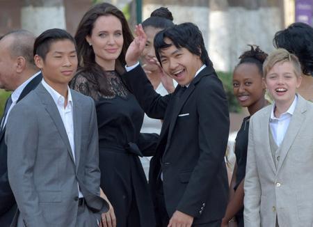 Счастлива после развода: Анджелина Джоли прилетела с детьми в Камбоджу