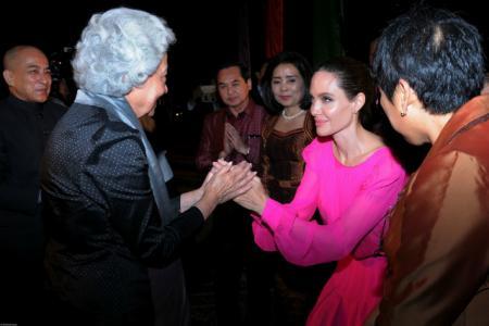 Анджелина Джоли произвела фурор, выбрав для премьеры в Камбодже платье ярко-розового цвета