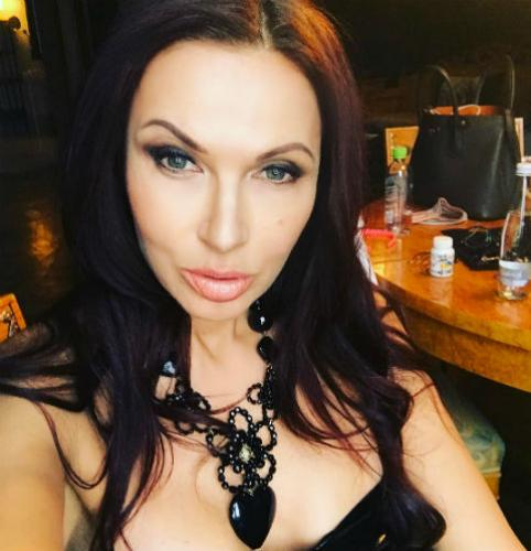 Эвелина Бледанс разозлила подписчиков голой грудью