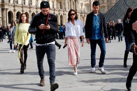 Виктория Бекхэм сходила в Лувр вместе с сыном Бруклином и его бывшей девушкой Соней Бен Аммар