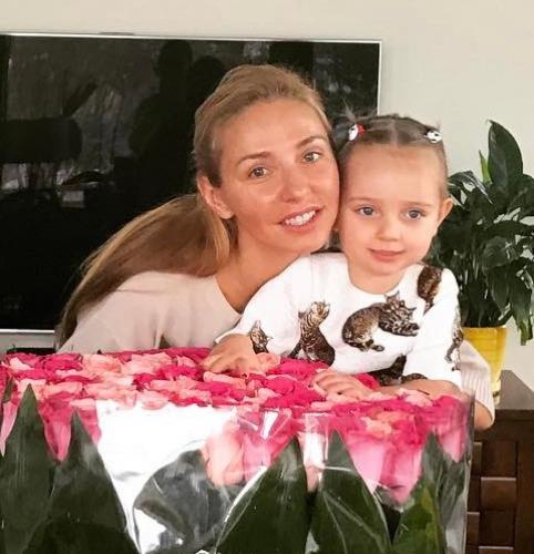 Младшая дочь Татьяны Навки учится «гонять» на спорткаре