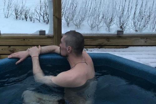 Дима Билан принимает закаливающие процедуры а Исландии