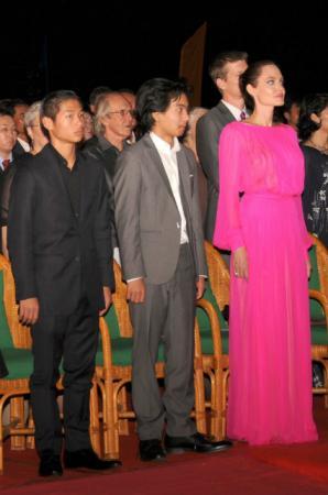 Анджелина Джоли с сыновьями Паксом и Мэддоксом