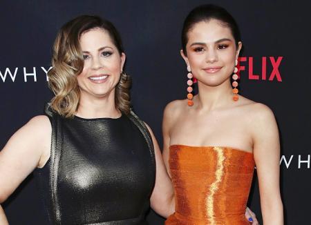 Как сестры: Селена Гомес и ее мама Мэнди Тифи на премьере продюсерского проекта певицы