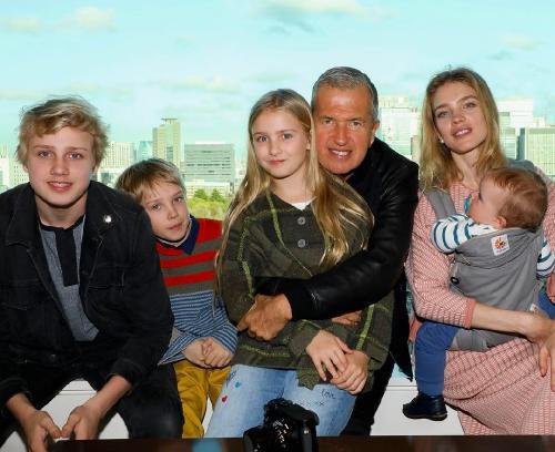Наталья Водянова отрывается в Токио с повзрослевшими детьми
