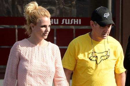 Отец Бритни Спирс продолжает контролировать все ее счета