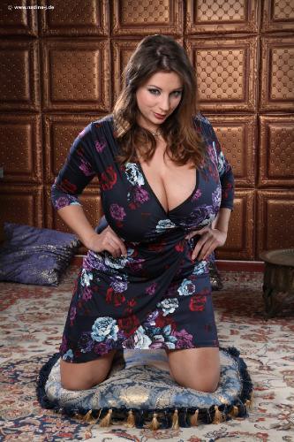 Gigantic tits seduction   Porno photos)