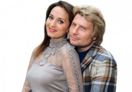 Невеста Баскова упала с двухметрового подиума во время концерта в Воронеже