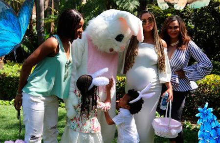 Бейонсе выложила новые фотографии на своем сайте beyonce.com. Сделаны снимки были во время семейного празднования Пасхи