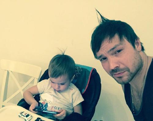 Сын Чадова и Дитковските работает над стилем в барбершопе