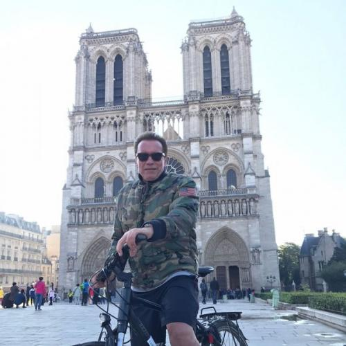 В Париже Шварценеггер на велосипеде