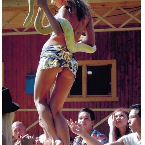 Алена Водонаева станцевала стриптиз держа в руках живого питона